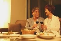 家でディナーをする日本人シニア夫婦