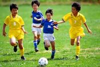 試合をする少年サッカーチーム