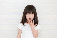 驚いた表情の日本人の女の子