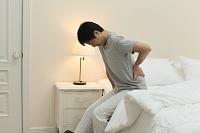 腰痛に苦しむ日本人男性