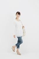バッグを持つ笑顔の日本人女性