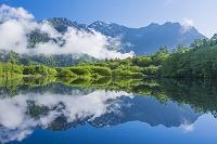 長野県 霧の上高地 大正池と穂高連峰