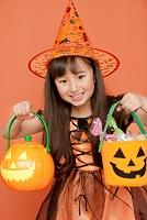 ハロウィンのお菓子を持つ女の子