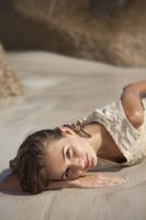 浜辺に寝そべる女性