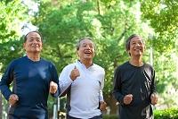 ジョギングをする中高年男性