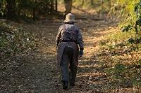 山道を歩くおばあちゃん