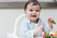 笑顔で野菜を食べる子供