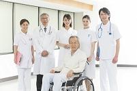 車椅子のシニア患者と医者と看護師集合