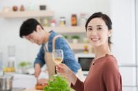 ワイングラスを持つ日本人女性