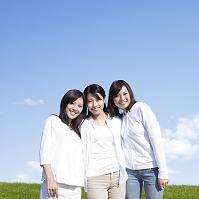 肩を組み寄り添う若い日本人女性達