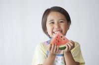 スイカを食べる日本人の子供