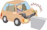 運転操作を誤り車をぶつける高齢ドライバー