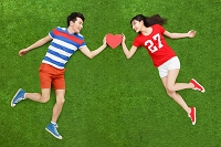 芝生の上の若いカップル