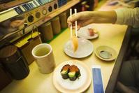 和食を食べる外国人観光客