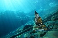 インド 水中の沈んだ仏像