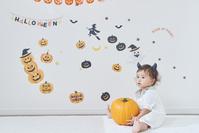 かぼちゃと遊ぶ日本人の赤ちゃん