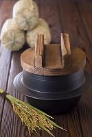 稲穂と米俵と鉄釜