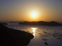 岡山県 カキ養殖筏が浮かぶ虫明湾の朝日