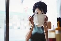 食事する日本人女性