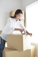 引越の作業をする日本人女性