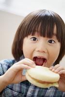 マフィンサンドを食べる日本人の男の子