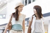 空港内を歩く日本人女性達