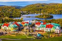 カナダ 朝のモン・トランブラン村とトランブラン湖