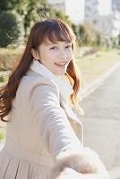 笑顔で振り返る女性