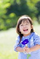 公園でアサガオを持って笑う日本人の女の子