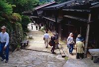 長野県・南木曽町 妻籠宿・昔の姿の郵便配達人