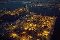 夕暮れの本牧ふ頭コンテナターミナルと横浜港と横浜ベイブリッジ