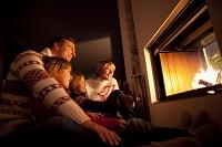 暖炉を見つめる外国人家族