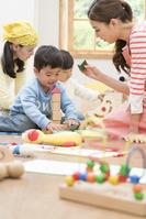 保育士と遊ぶ子供たち
