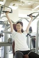 ジムで運動する日本人女性