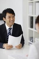 オフィスで働く若い男性会社員