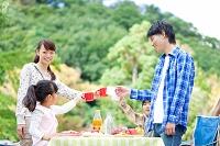 乾杯をする日本人家族