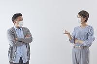 ソーシャルディスタンスを保つ日本人男女