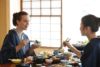 会席料理を楽しむ女性