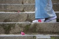 石階段を歩く着物の日本人女性の足元