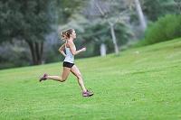 公園をジョギングする若者の女性