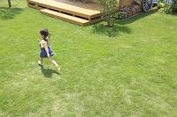 芝生の庭を走る女の子
