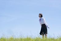 草原で叫ぶ女子学生