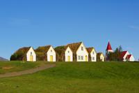 アイスランド 芝生屋根のある伝統的な農場 青空