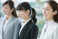 並ぶ日本人ビジネスウーマン