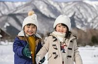雪山でなかよく手を繋ぐ日本人の子供達