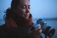デジタルカメラを持つ女性