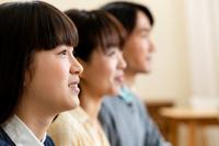 並んで座る日本人家族の横顔