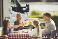 外で食事をする外国人家族