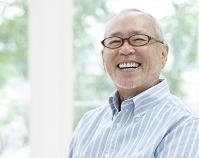 笑顔のシニアの日本人男性