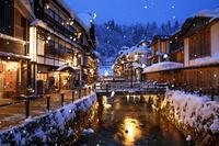 山形県 雪降る銀山温泉の夕景